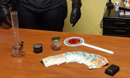 Nascondono lo zaino con la marjuana dietro un cespuglio, ma non ingannano i carabinieri