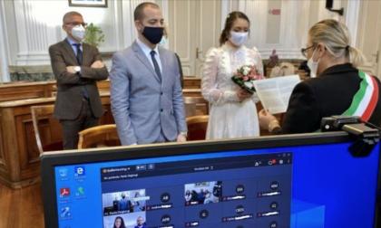 Niente invitati, il matrimonio in Comune si guarda in webcam