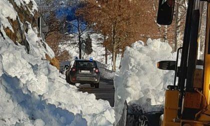 Ruspa libera dalla neve scivolata in strada la Panoramica Zegna a Bielmonte