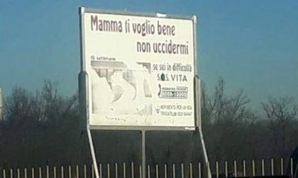 Mamma ti voglio bene, non uccidermi: cartello shock davanti all'ospedale