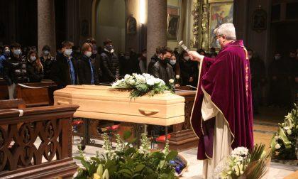 Addio Emanuele, chiesa gremita per il funerale del 15enne