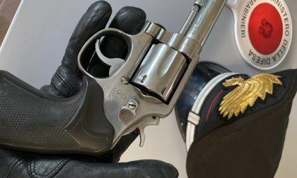 Donna nei guai per una pistola