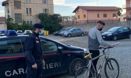 Ruba la bicicletta e pedala tranquillo davanti ai carabinieri: denunciato