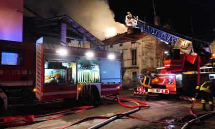 Problemi alla canna fumaria, brucia il tetto di una casa a Castelletto Cervo