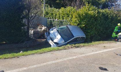 Donna sbalzata fuori dall'auto finita nel fosso: è gravissima