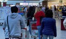 """Tutti in coda al supermercato: """"Se questo è ammesso, devono poter aprire anche le altre attività"""""""