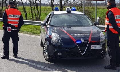 Bar aperto al pubblico nel Biellese in zona rossa, arrivano i carabinieri: 5 multati