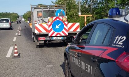 Camion perde catrame e ghiaia, paura per le auto in superstrada