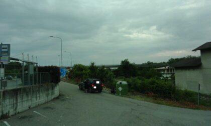 """Ecco il suv che abbandonava rifiuti a bordo strada. Il sindaco: """"Ripresi dalle telecamere"""""""