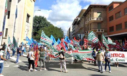 Blocco licenziamenti, i lavoratori in strada. Traffico bloccato in via Torino