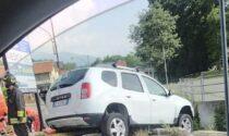 Auto in bilico sul ponticello dopo l'incidente a due