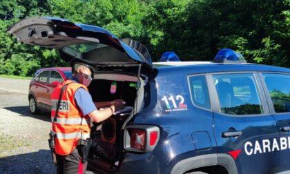 Danneggiano auto in sosta a una donna per vecchi rancori: denunciati dai Carabinieri due settantenni