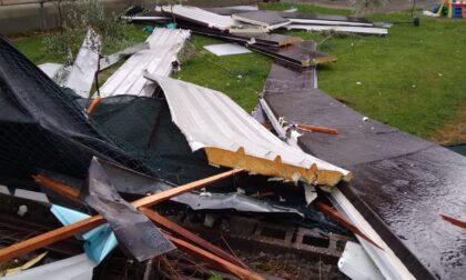 Tornado a Vigliano: copertura del capannone di un'impresa edile finisce sulle serre di una floricoltura