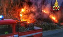 Brucia sterpaglie sotto casa e rischia di causare un incendio. Denunciato 65enne