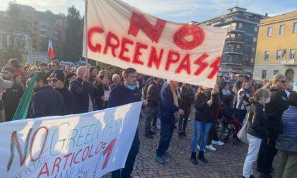 Piazza Martiri diventa il palcoscenico della protesta contro il green pass